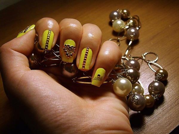 Дизайн ногтей новогодний со стразами
